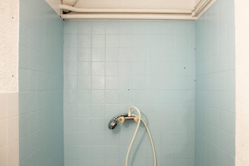 Décoratrice d'intérieur à Lyon - DIY Peindre du carrelage mural de salle de bain - Après application de la peinture