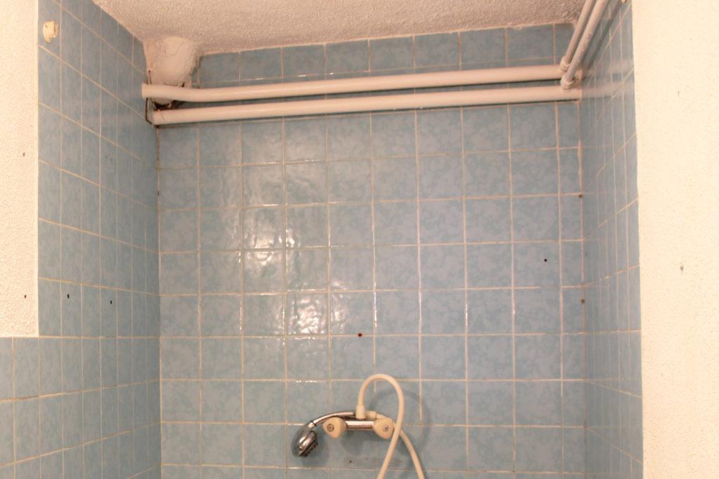 Décoratrice d'intérieur à Lyon - DIY Peindre du carrelage mural de salle de bain - Avant rénovation et application de la peinture