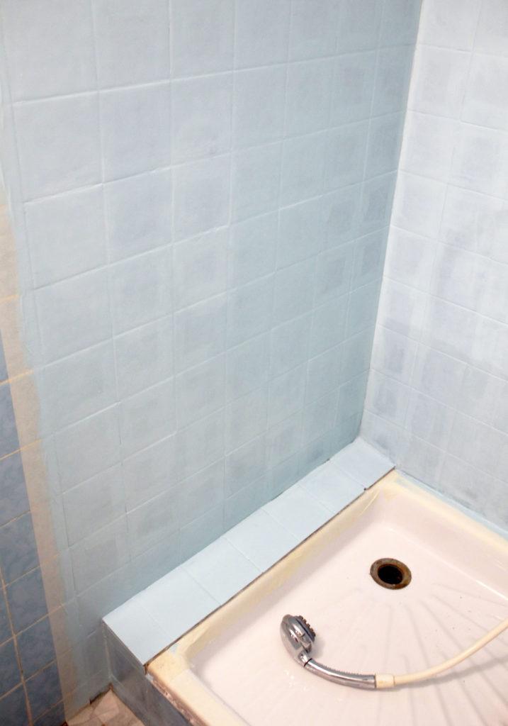Décoratrice d'intérieur à Lyon - DIY Peindre du carrelage mural de salle de bain - Application première couche peinture