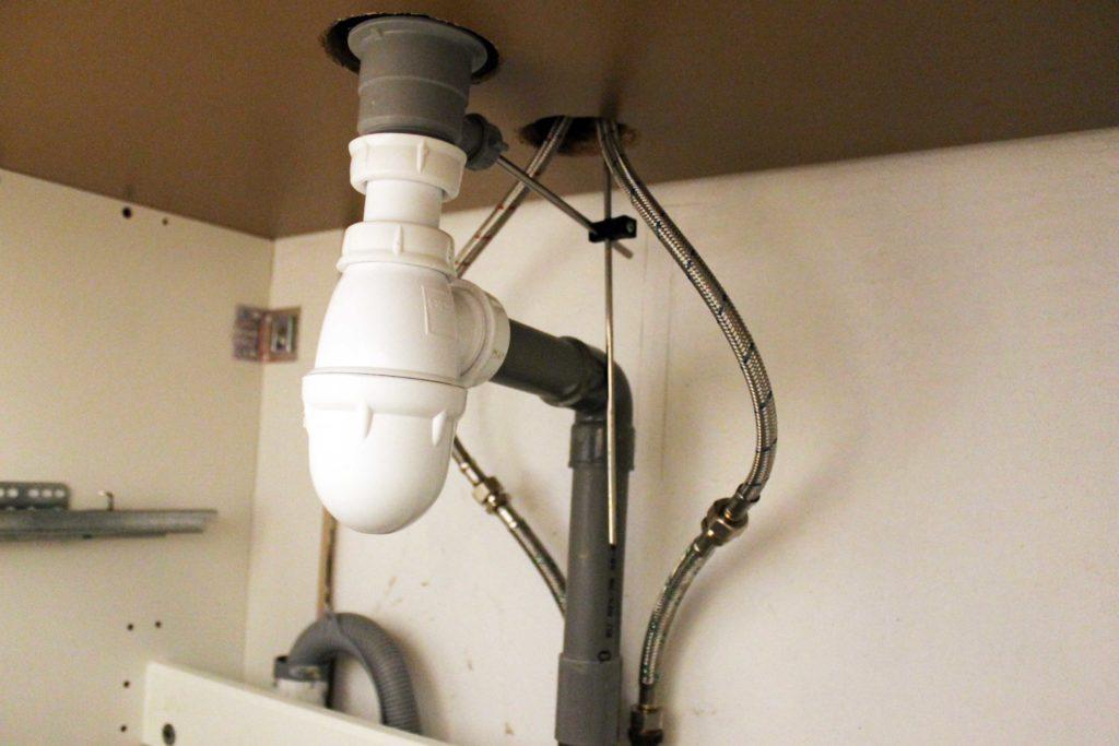 Décoratrice d'intérieur à Lyon - DIY Remplacer un meuble de salle de bain avec lave-linge intégré - Sous le plan de travail
