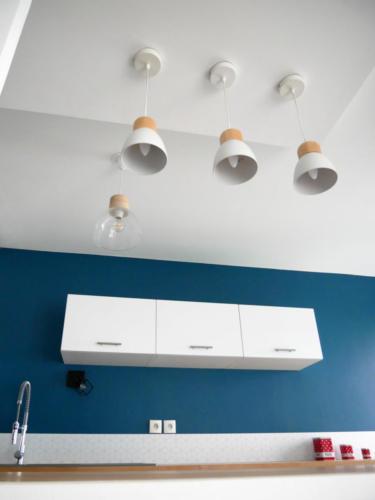 Cuisine scandinave bleue - Luminaire et faux plafond